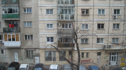 Un bătrân a murit, după ce s-a aruncat de la etajul trei al unui bloc