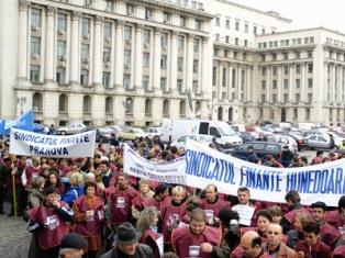 Bugetarii ameninţă cu proteste de amploare din cauza concediilor obligatorii fără plată