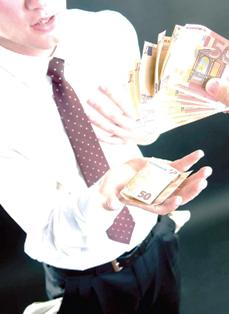 Salarii reduse şi pentru angajaţii CJ Prahova şi ai Primăriei Ploieşti, din cauza crizei economice