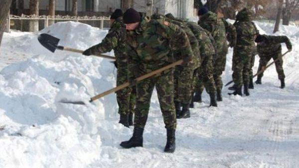 Aproape 150 de cadre militare deszapezesc, la lopata, casele din unele localitati din judetul Braila