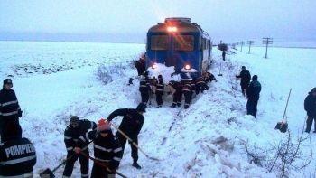 Peste 100 de pompieri, angrenati intr-o misiune de deszapezire a caii ferate Buzau-Faurei