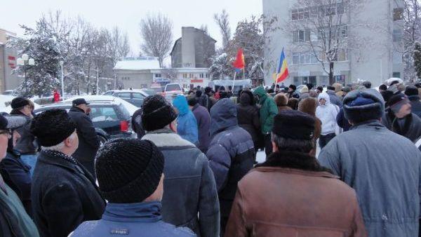 Olt – Aproximativ 70 de protestatari au manifestat in fata prefecturii