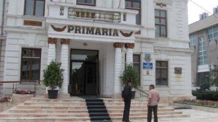 Un cetatean protesteza in fata primariei municipiului Calarasi