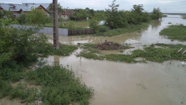 Prahova – Gospodarii, beciuri si strazi inundate in urma ploilor torentiale