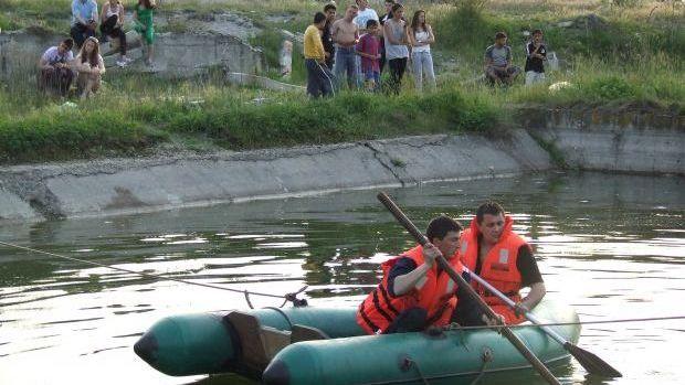 Trei copii surprinsi de o viitura pe raul Buzau, salvati de pompieri