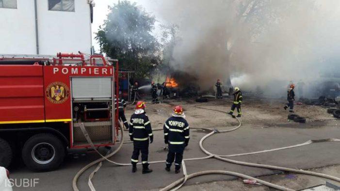 Incendiu la un centru de dezmembrări auto din zona Trafic Greu