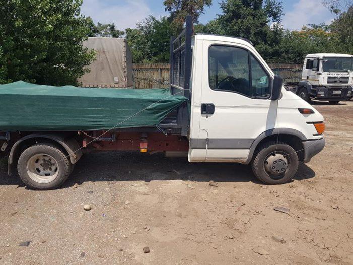 Garda de Mediu Ilfov a confiscat o autoutilitara ce aruncase deseuri pe un teren viran din Vidra