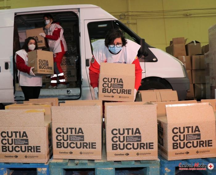 """1,300 de familii în dificultate vor primi """"Cutia cu Bucurie"""" cu alimente de bază, de la Crucea Roșie Română și Carrefour România"""