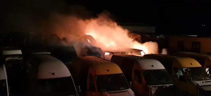 Incendiu într-un parc de dezmembrări auto din Buzău
