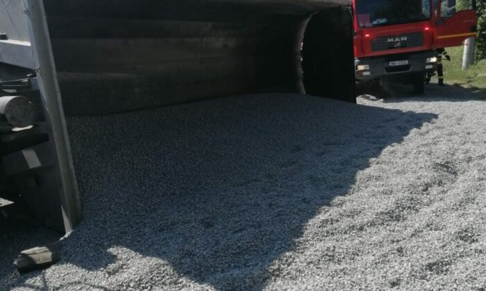 Buzău: În urma impactului cu un autoturism, un camion încărcat cu nisip s-a răsturnat în afara carosabilului