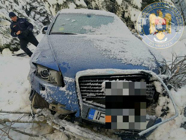 Jandarmii au găsit o maşină abandonată într-o râpă. Încă nu se știe cine a fost în mașină.