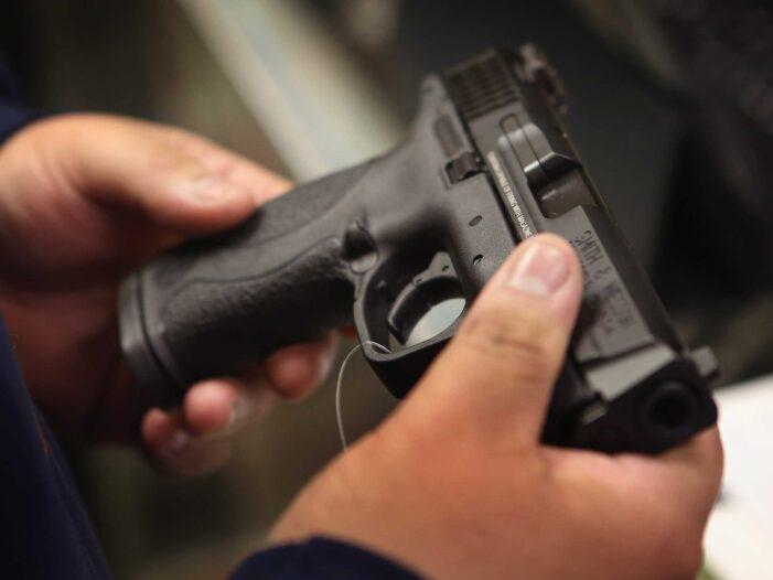 Un poliţist de 24 de ani a fost găsit împușcat în cap